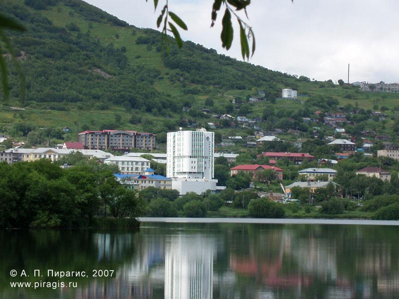 Култучное озеро, вид на здание Океанрыбфлота
