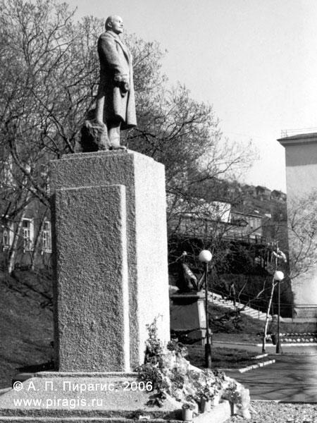 Памятник В. И. Ленину, стоявший в центре Петропавловска-Камчатского в сквере у обкома КПСС