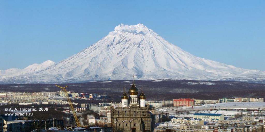 Корякский вулкан; у вершины — проявление фумарольной активности
