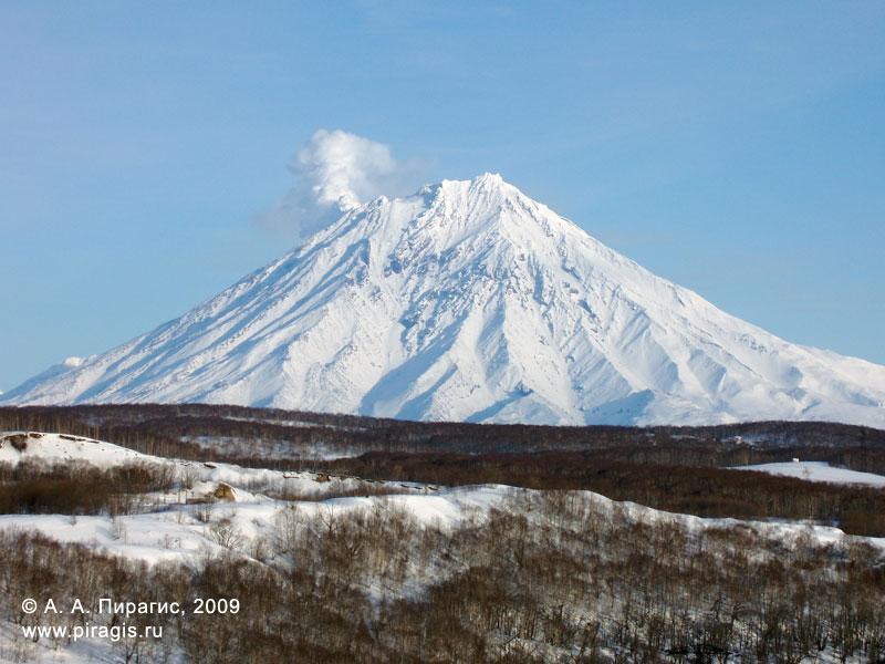 Корякский вулкан; у вершины слева — фумарольная активность вулкана