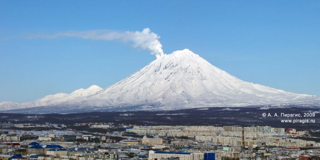 Корякский вулкан; у вершины слева — фумарольная активность вулкана; вид с Мишенной сопки