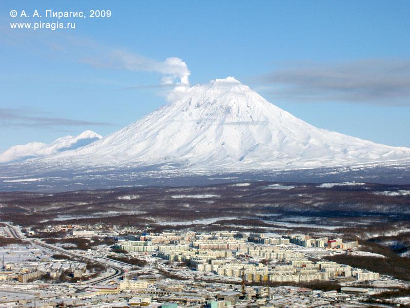 Корякский вулкан; у вершины слева — фумарольная активность вулкана; вид с вершины Мишенной сопки