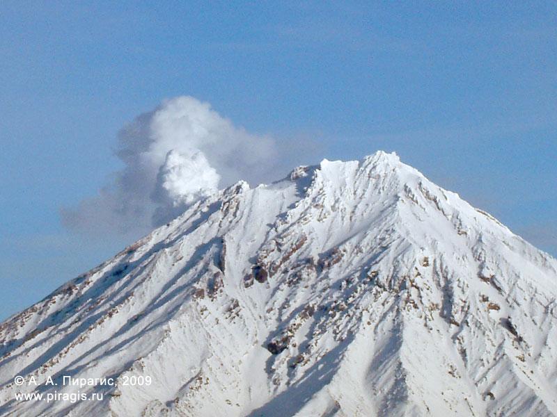 Конус Корякского вулкана; слева — отлично видна фумарольная активность вулкана
