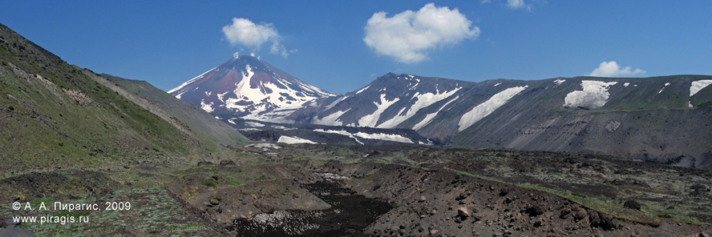 Авачинский вулкан и гора Угловая (Сарай)
