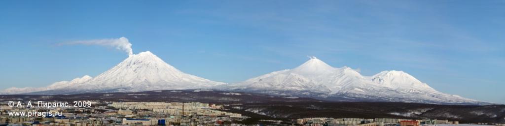 Вулканы: Корякский, Авачинский, Козельский; вид из города Петропавловска-Камчатского