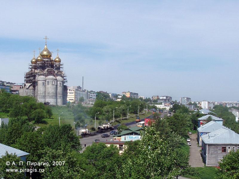 Вид на Кафедральный собор Святой Живоначальной Троицы в городе Петропавловске-Камчатском