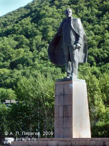 Памятник В. И. Ленину на площади В. И. Ленина