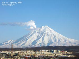 Корякский вулкан; у вершины слева — парогазовый шлейф