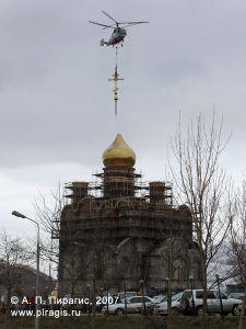 Установка креста на кафедральный собор Святой Живоначальной Троицы в Петропавловске-Камчатском