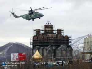 Установка купола на кафедральный собор Святой Живоначальной Троицы в Петропавловске-Камчатском