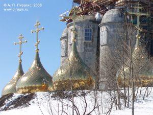 Купола кафедрального собора Святой Живоначальной Троицы в Петропавловске-Камчатском